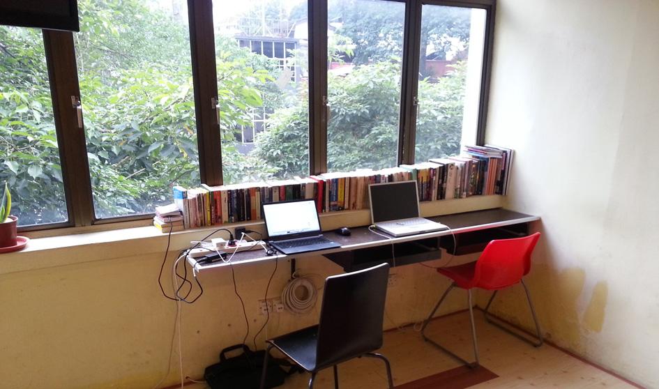 Meja untuk bekerja di ruang tamu